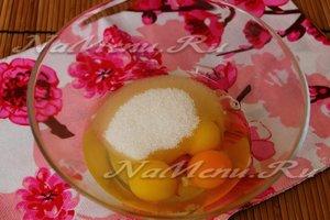 для теста соединить яйца с сахаром