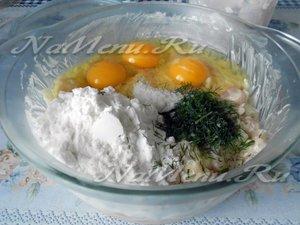 к куриному филе добавить яйца и муку