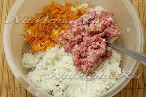 отварили рис, смешали с овощами и фаршем