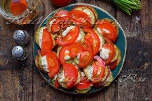 разложить тонко нарезанные пластины помидора