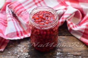 разложить ягоды вместе с сиропом по баночкам.