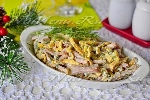 рецепт салат яичными блинчиками и колбасой