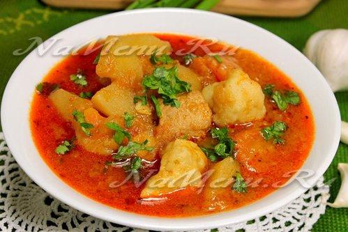 Мясной суп-гуляш с чесночными клецками