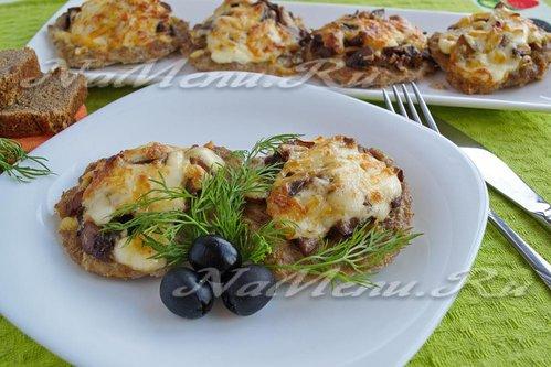 Мясные лепешки с грибами под сырной корочкой