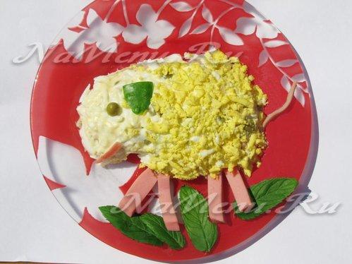 """Новогодний салат """"Оливье"""" с колбасой в виде барашка"""