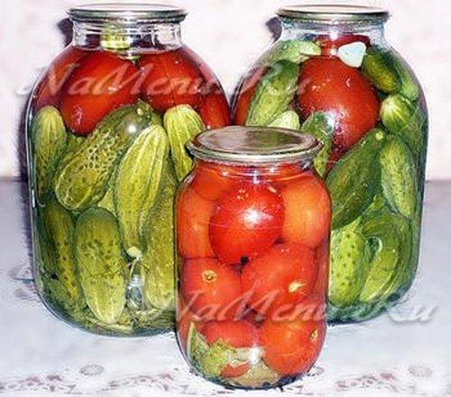 Ассорти с помидорами и огурцами с лимонной кислотой