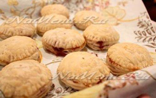 Слоеные дрожжевые пирожки с джемом
