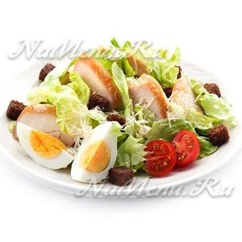 салат цезарь с перепелиными яйцами,сыром фета и курицей рецепт