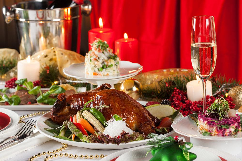 оформление картинки новогоднего домашнего стола с едой окнами жилого дома