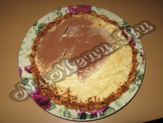 Заготовкой рисуем сердечки на торте