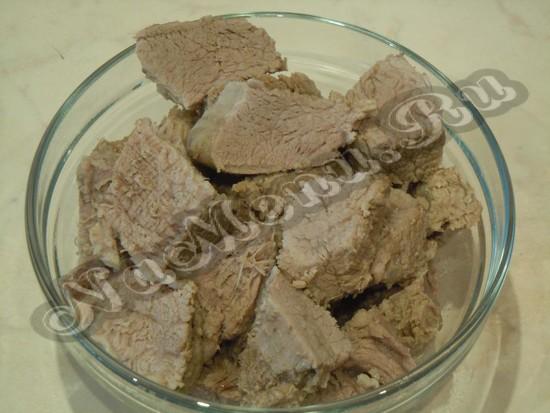 Вареное мясо режем кубиками