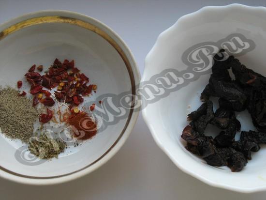 Подготавливаем чернослив и пряности