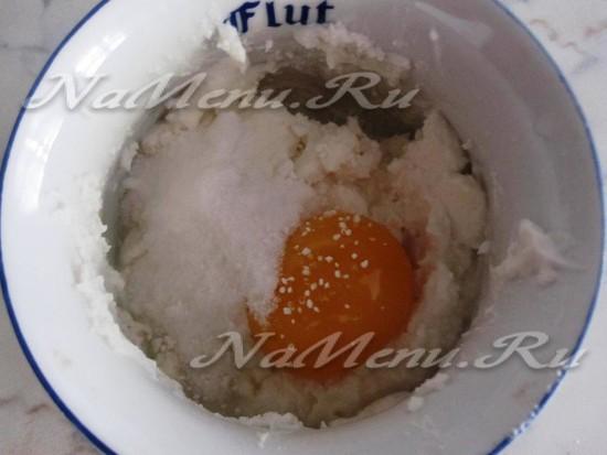 смешать рикотту, яйцо и сахар