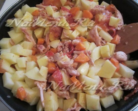 крупно нарезать картофель, добавить в основную массу