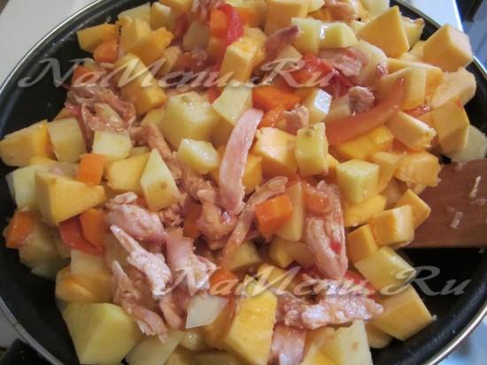 нарезать тыкву, выложить в сковороду, добавить воду и специи, тушить до готовности