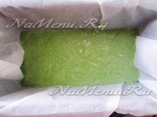 Выливаем зеленый слой в форму для террина
