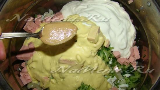 Добавляем сметану, желтковую массу, горчицу