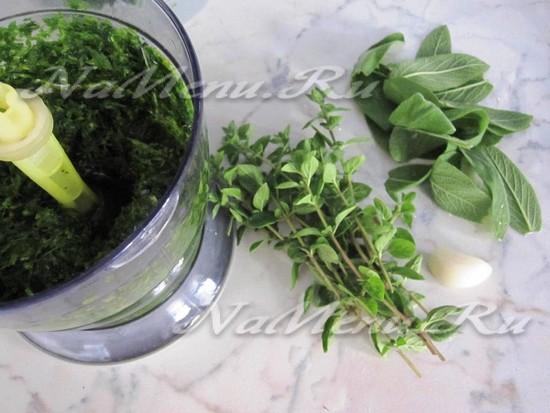 Добавляем чеснок и зелень