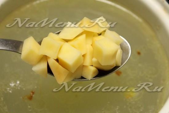 Положим картофель в бульон