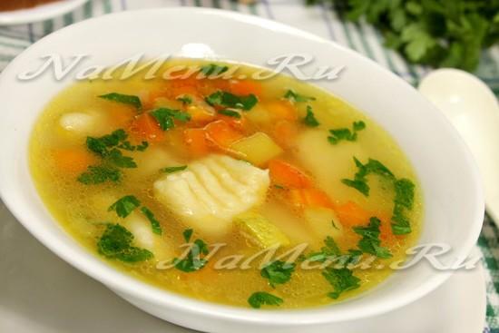Суп на курином бульоне с картофельными клецками