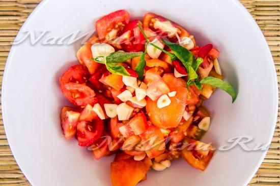 Соединяем порезанные помидоры, перец, чеснок, соль, сахар