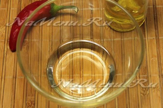 Налейте оливковое масло
