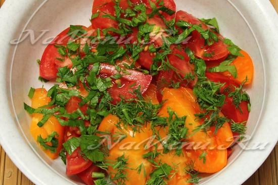 Переложите помидоры зеленью