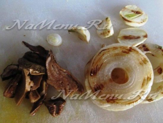 Нарезаем овощи и грибы