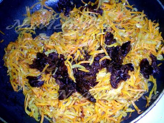 добавить чернослив в морковку
