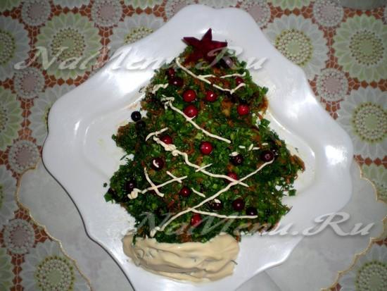 """Рецепт салата с черносливом, грибами и овощами """"Новогодний"""""""