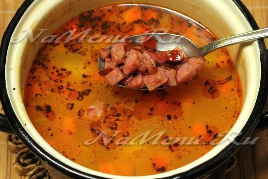 Перекладываем колбаски в суп