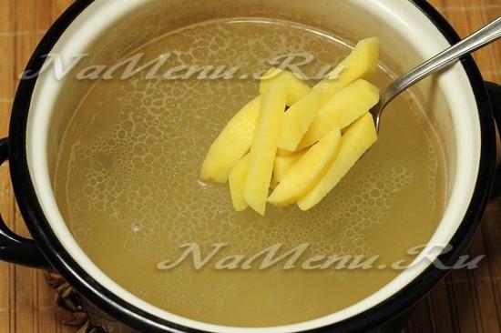 Кладем картофель в бульон