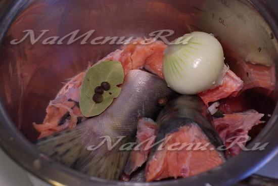 Ложим рыбу в каструлю