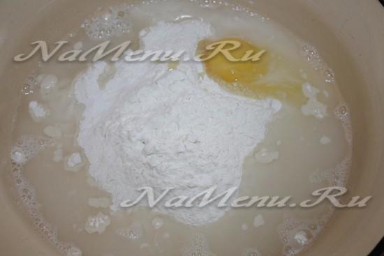 смешиваем воду, соль, яйцо и муку
