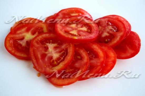 кольцами нарежьте томаты