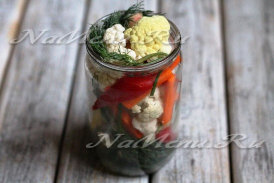 Уложить все приготовленные нами овощи в чистую стерилизованную банку.