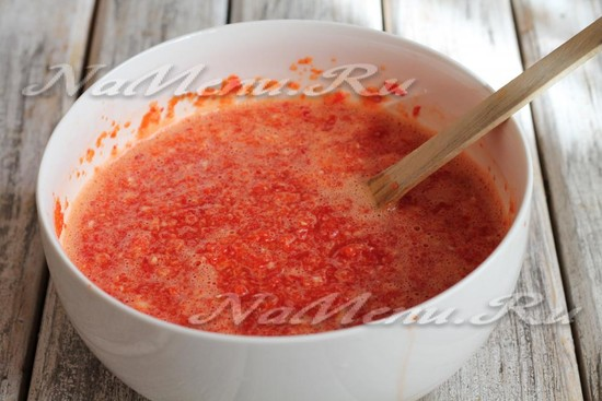 ввести в соус уксус, сахар и соль и перемешать