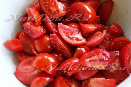 помидоры разрезаем на небольшие куски