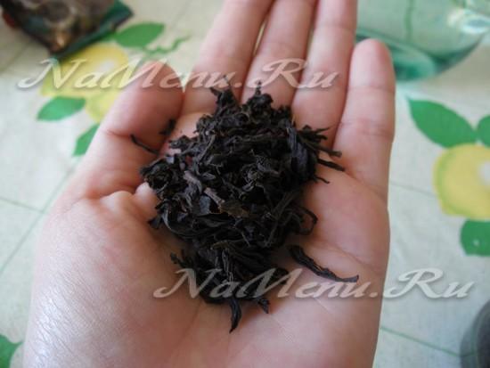 Высыпаем несколько щепоток черного чая