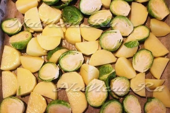 На противень выкладываем капусту, картофель и чеснок.