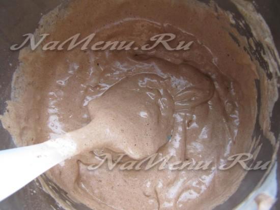 Взбить яичные белки с сахаром, добавить муку, орехи, желтки