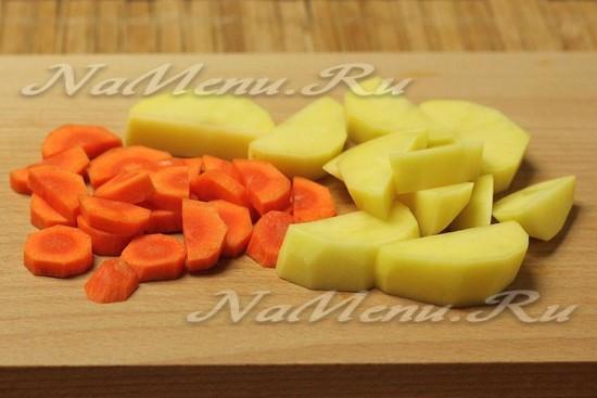 Морковь и картофель режем дольками