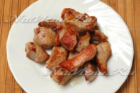 обжариваем до румяной корочки куски мяса