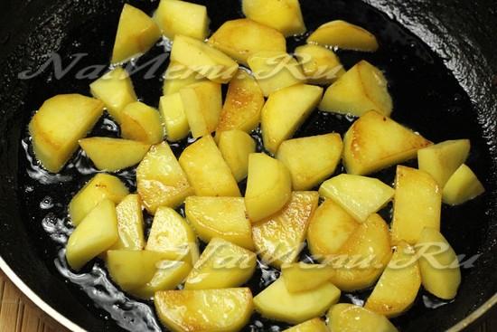 Выложить в сковороду с маслом картофель