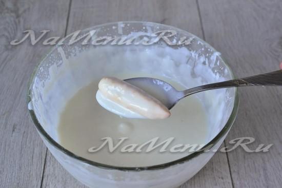 Каждое из печений обмакиваем в сметанный крем.