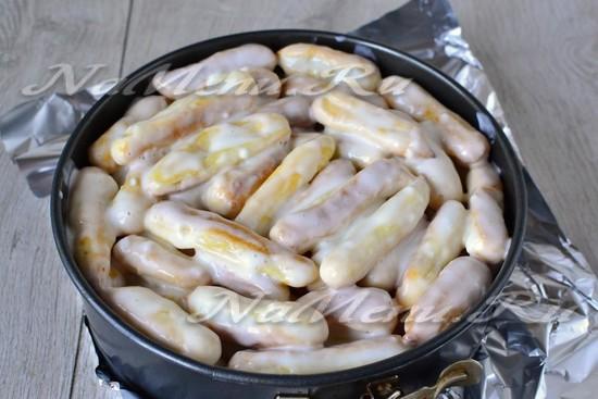 Пропитанные пирожные укладываем в разъемную форму