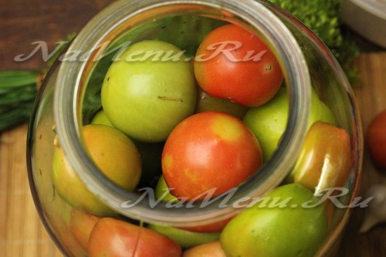 прокладываем помидоры слоем зелени