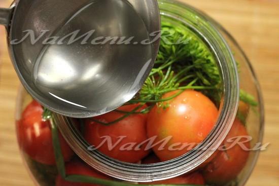 Заливаем процеженным раствором помидоры до самого верха