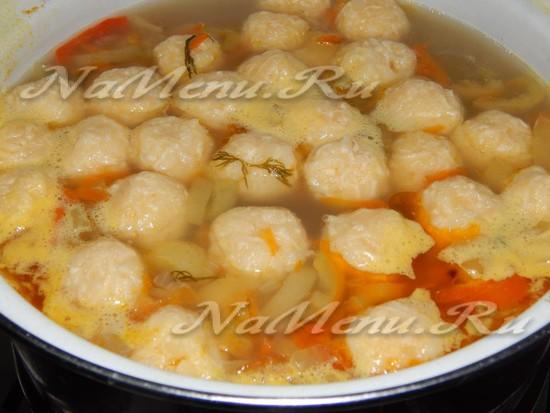 перекладываем сырные фрикадельки в суп