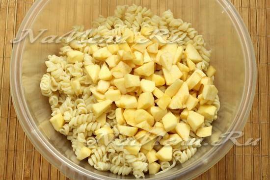 соединить макароны, яблоки и яйца